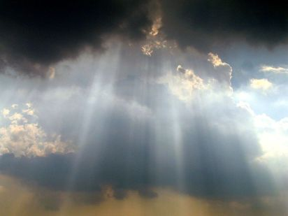 Light rays shining through clouds at the Washington Monument, via user Andypham3000 at Wikipedia.